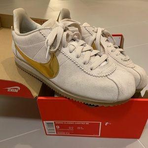 Tan and gold Nike Classic Cortez SE - sz 9